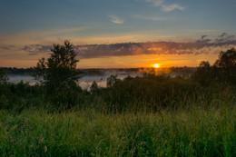 Всходило солнце за рекой и начиналось утро / Летний рассвет над речными туманами