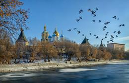У стен Новоспасского монастыря / ***