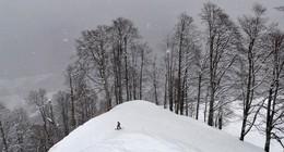 Готов к спуску сноубордист / Готов к спуску сноубордист на одной из горных вершин Кавказа в Роза Хутор