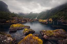 / Озеро Бондхус считается настоящей жемчужиной Норвегии. Его питают талые воды ледника, который находится высоко в горах. В 1863 году здесь была построена дорога для перевозки льда из ледника до фьорда на нужды людей. Позже ее сохранили в качестве необычайно красивой туристической достопримечательности.