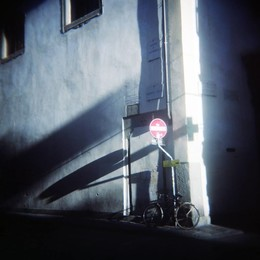 Велосипед у дорожного знака во Флоренции Осенью 2017 / Велосипед у дорожного знака во Флоренции Осенью 2017