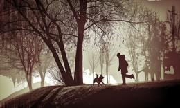 Друзья. / Человек и собака в парке.