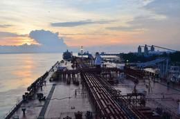 Рассвет. / Раннее утро на нефтеном терминале.