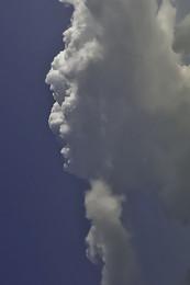 ПРИРОДА ЛУЧШИЙ ХУДОЖНИК / ветер рисует в облаках человеческие портреты. Голова с бородкой смотрит налево. на подбородке и на лбу еще просматриваются маленькие головы.