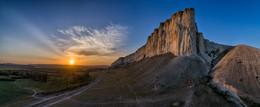 У Белой Скалы (панорама) / Ак-Кая (Белая Скала) на закате. Белогорск, Крым. Дронопанорама.