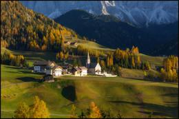 Осенний свет / Вечер в Санта Маддалене Val di Funes Доломитовые Альпы Италия.
