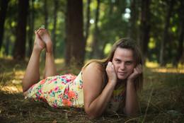 Без названия / девушка в парке с босыми ногами