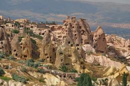 """Каппадокия / Античный писатель времён правления Римского Императора Августа Страбон в своём семнадцатитомном творении """"География"""" так определил Каппадокию:это обширная область,ограниченнная с юга Таврическими горами,с запада-Аксараем,с востока-Малатьей,а с севера-побережьем Чёрного моря,на территории которой в настоящее время находятся города: Невшехир,Аксарай,Ниде, Кайсери и Кыршехир,Невшехир. Существует также скалистая Каппадокия со множеством городов таких как Ухчисар ,Гёремке,Аванос,Ургюп, Деринкую, Каймаклы и их пригородов(с книги Каппадокия-составитель Мурат Эртуруал Гульяз-археолог)"""