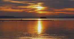 На небе только и разговоров, что о море и о закате. Там говорят о том, как чертовски здорово наблюда / Закат солнца над Амурским заливом.