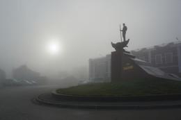 Утро в городе. / Туманное утро на набережной города.