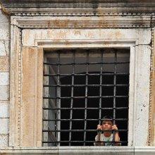 Мама привела мальчика в музей... / ...а во дворе кипела жизнь, и мальчишки на площади пинали о стенку мяч.:)  Дубровник.