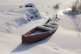 """В бархате снежного покрывала / Второй день зимы. На таких лодках местные рыбаки рыбалят. Умельцы изготавливают их с досок, днище смолят и называют такой вид плавающего средства """" каюк"""" ( не путать с """" каяк""""). Ну, а как зимуют каюки, видно по фото. Река Южный Буг. Украина. с. Мигея."""