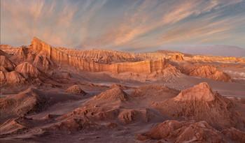 Атакама / Высокогорная пустыне Атакама одно из самых засушливых мест на планете. На много километров ни одного кустика, ни даже травинки. Ничего живого, что можно видеть глазом. Жгучее, ослепительное и опасное солнце соревнуется с пронизывающим ледяным ветром. Не курорт. И всё-таки люди едут издалека, чтобы полюбоваться на эту неживую, но прекрасную природу