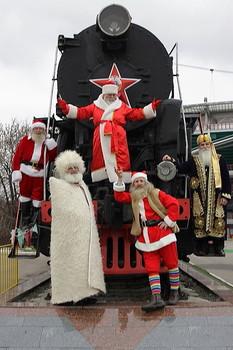 Интернациональная бригада Дедов Морозов уже прибыла в столицу. / Поздравляю вас, дорогие друзья-коллеги, с Наступающим Новым Годом.