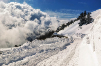 Много снега бывает / Крым, начало спуска с Ай-Петри, 6 лет назад...  http://www.youtube.com/watch?v=iMyo8I8AKmY