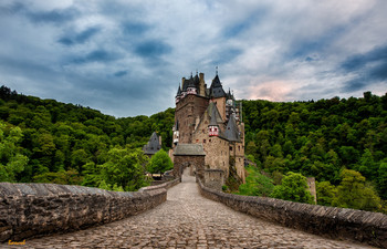 Закат над Ельцем / Жемчужине архитектуры Германии, замку Эльц – более 800 лет! За все это время он ни разу не был разрушен и прекрасно сохранил как первозданный внешний вид, так и средневековую «начинку». Твердыня – родовое гнездо династии Эльц, представители которой - уже в 33 поколении! – до сих пор владеют замком.