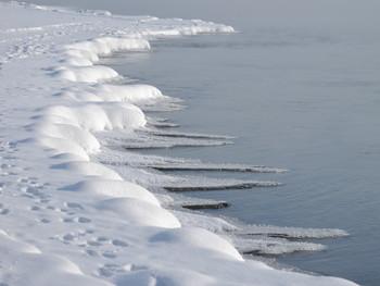 Хищные зубы зимы / Наш никогда не замерзающий Енисей в эти морозы пытается одеться в лед: льдины плывут по реке, ледяные зубы растут от берега, но морозы отступают, сегодня чуть выше -30 - значит плен воды не удался!