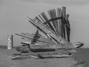 Падший / Упавший забор в поселке Хужир на острове Ольхон