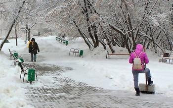 Полюса жизни / Студент, подрабатывающий на уборке снега и бездомный