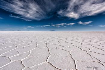 Салар де Уюни / Соляное озеро на высоте 3600 м - это самое большое идеально ровное место на планете. До гор на горизонте свыше 200 км, и видно их только потому, что они очень высоки. Пустота вокруг - до звона в ушах.