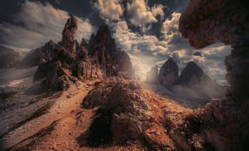 """Дракон и человек Доломит / Совсем неожиданно для себя я обнаружил группу людей которые практиковались в альпинизме.напротив легендарной Tre Cine.""""Очень кстати""""- подумалось мне , и сделал несколько кадров с различными ракурсами.  https://mikhaliuk.com/Phototour-Alps-Tre-Cime-di-Lavaredo/"""