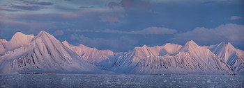 Вечерний свет / Был почти полный полярный день, солнце только около полуночи ненадолго заходило за горизонт. Ледокол приблизился к кромке ледяного поля, чтобы стать здесь на ночную стоянку.
