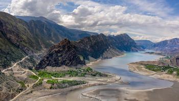В горной долине / Панорама долины реки Кара-Койсу, горный Дагестан. Аэросъемка