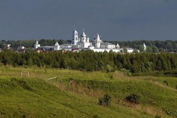 Никитский монастырь / Никитский монастырь основан в XII веке. До XVI века все его постройки были деревянными. Только в 1528 году по велению князя Василия III здесь сооружается одноглавая каменная церковь. Основное строительство было выполнено уже при Иване Грозном в 60-е годы XVI века.