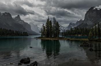 Остров Духа / Озеро Малайн, национальный парк Джаспер, Канада. Очень известное место. Когда-то индейцы приходили сюда поклоняться своим богам. Таким мрачным, мне кажется, его еще никто не снимал.