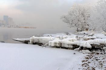 Зима уже здесь! / Зима начинает хозяйничать - Енисей никогда не замерзает, но в морозные дни парИт.
