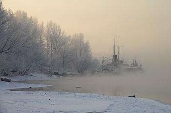 Похолодало / Похолодало, и никогда не замерзающий Енисей покрылся клубами морозного тумана, скрывающими все вокруг и солнце в том числе
