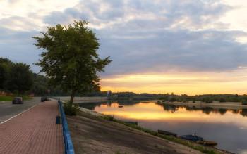 Вечер на набережной / Теплый августовский вечер на набережной Припяти в Мозыре.