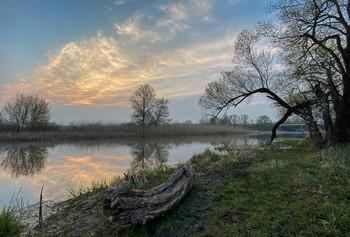 Апрель / Еще не сшит кафтан весенний, Апрель безмолствует, ютясь, В скупых строках стихотворений Средь рифмы скучной заблудясь.  Но вот уже младой рассвет В объятья заключает реку, И тает в наших душах снег, И сердце согревает нега!  (Алтанец А., апрель, 2020г.)