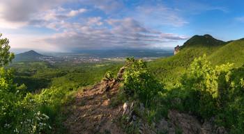 Майское утро / Вид с горы Бештау на гору Машук и город Пятигорск