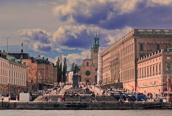 Знойная пятница / Очаровательная, свободная и просторная набережная Шеппсбрун в Стокгольме не оставляет равнодушным ни одного гостя города. Это чудесное место влечет писателей, поэтов, художников, которые, встречая рассвет, пишут здесь свои картины. Это сочетание невероятно быстро ускользающей истории и дерзкой современности, которая, впрочем, не наступает на пятки предшественнице, а дополняет ее.