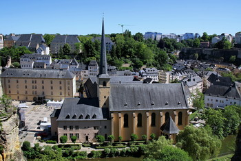 Аббатство Ноймюнстер.Люксембург. / Здание построили монахи в 1606 г. За долгие годы в аббатстве сменилось много хозяев. Одно время здесь располагалась тюрьма, а затем полицейский участок. Позже, в нем была казарма для прусских солдат. Во время Второй мировой войны оккупационные власти устроили в нем тюрьму для политзаключенных. В настоящее время Аббатство Ноймюнстер известно как культурный центр, в залах которого проводятся различные выставки, концерты, торжественные мероприятия. Обилие отделки из светлого дерева и стекла делают его помещения торжественными, а общую атмосферу более спокойной и возвышенной.