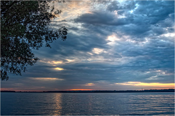Первый луч / Сквозь плотный слой тяжёлых облаков пробился первый луч рассвета.