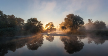 Рассвет туманен - спит еще земля... / Рассвет туманен - спит еще земля, И дышит зелень кислородом утра, Здесь все вокруг давно моя семья, Идиллия, ребячество и мудрость... (Алтанец А.)