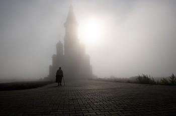 Прихожане. / Густой туман окутал храм..