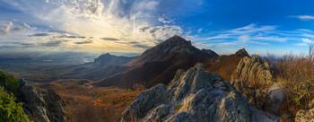 Осенняя / Вид на центральную вершину горы Бештау (Кавказские Минеральные Воды) с одной из малых вершин, под названием Козьи скалы