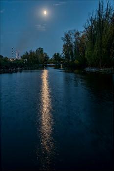 Лунная дорожка / Соединяет два моста яхт-клуба
