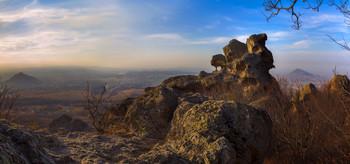 Орлиные скалы / Орлиные скалы на горе Бештау - живописный скальный массив магматического происхождения. Свое название получили из-за причудливой формы свое вершины, напоминающей профиль орла