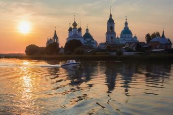 На том берегу / Спасо-Яковлевский монастырь . Расположен на берегу озера Неро в юго-западной части Ростова
