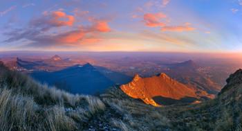 Про вечер,тени и облака / Вид на Кавказские Минеральные Воды с высоты 1380 метров. Треугольные тени - от вершины горы Бештау, которую некоторые эзотерики считают гигантской пирамидой, которая прикинулась горой :) В пользу этой версии можно сказать, что грани горы действительно четко ориентированы по сторонам света