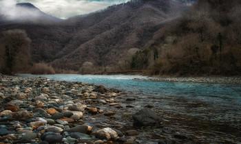 Река Бзыбь.. / Бзыбь - самая длинная река в Абхазии. Протяженность 110км, В большом количестве водятся форель и черноморский лосось.В верховьях реки Юпшары, принадлежащей бассейну Бзыби, расположено знаменитое высокогорное озеро Рица...