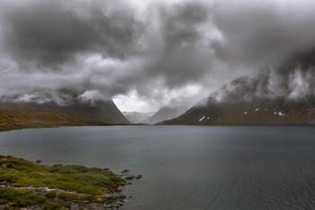 В горах облачность. Гейрангер-фьорд. Норвегия. / Горы и озёра Гейрангер-фьорда - одно из самых популярных и красивейших мест Норвегии. Эти места обычно рекомендуют посетить в первую очередь.
