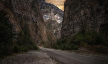 Дорога в горной местности.. / Дорога в Абхазии настолько живописна, что можно останавливаться каждые сто метров. Впервые в этом месте, но я была здесь раньше, наверное во сне..)