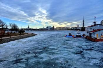 Весна в Питере... / Зима, запряжённая в сани, Уезжает в прошлые дали, Весна на льдинах спешит, В невский заплывая гранит...