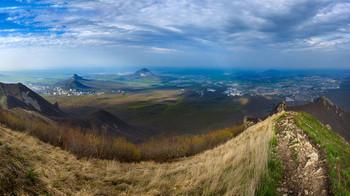 Луч солнца / Подъем на гору Бештау, вдалеке под солнцем город Железноводск