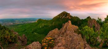 В рассветной тишине / Вид на центральную вершину горы Бештау с отрога под названием Козьи скалы